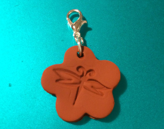 This cute dragonfly terra cotta pendant can be used as a diffuser pendant or as a zipper pull, making it more versatile.
